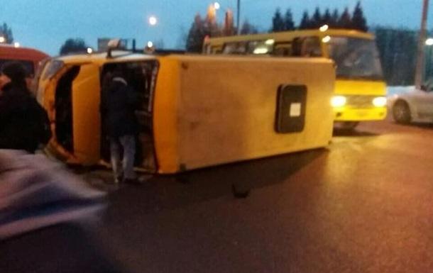 Во Львове перевернулась маршрутка с пассажирами, есть пострадавшие