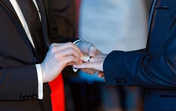 Двое мужчин из РФ заявили о признании их однополого брака в Москве