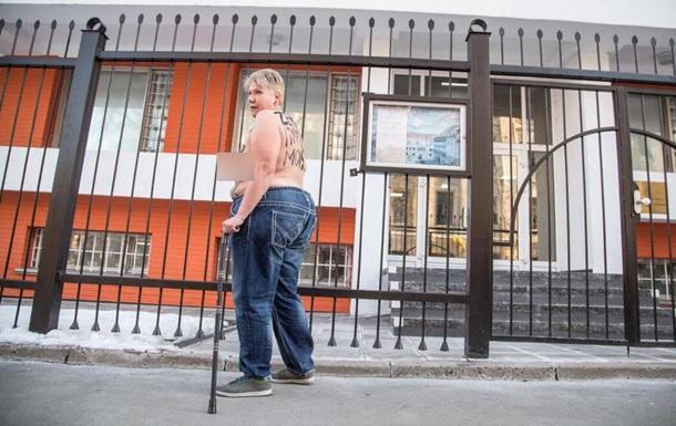 Активистка Femen Александра Немчинова вКиеве поошибке разделась удругого посольства