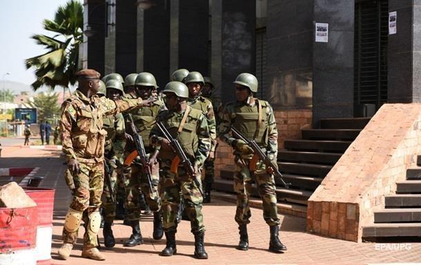 Бойовики вбили 14 людей на військовій базі в Малі