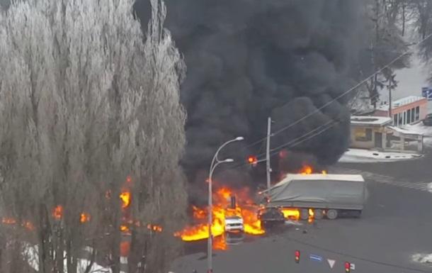 Масштабна ДТП у Києві: горять кілька авто