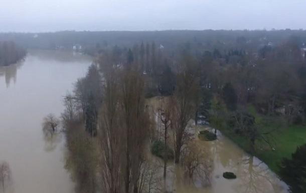 Разлив Сены во Франции показали с дрона