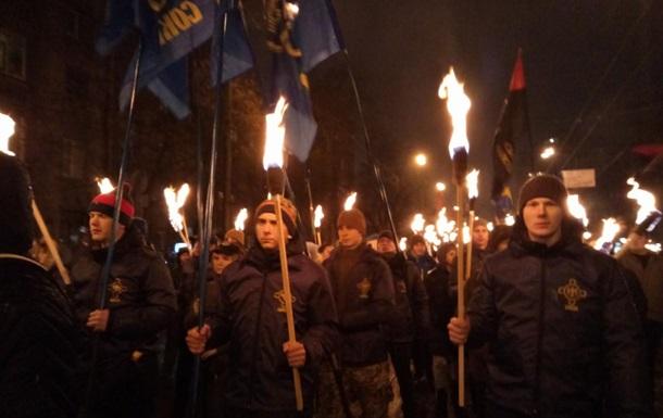 В Киеве прошли с факелами в честь героев Крут