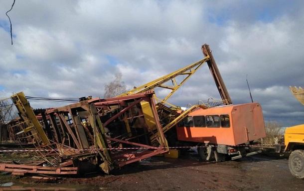 На Прикарпатті кран впав на вантажівку, є жертви