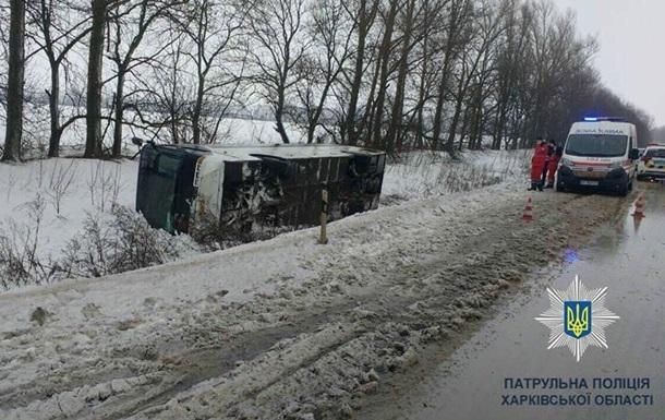 В Харьковской области автобус сдуло ветром