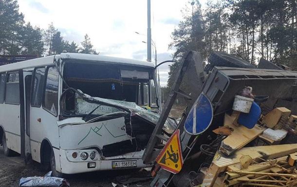 У Києві маршрутка врізалася у вантажівку: п ятеро постраждалих