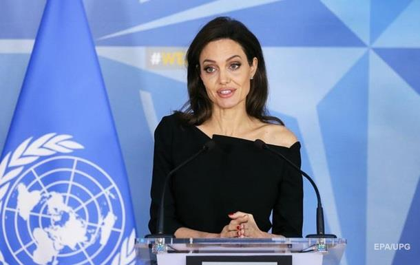 Скромно, но игриво: наряд Джоли в штаб-квартире НАТО