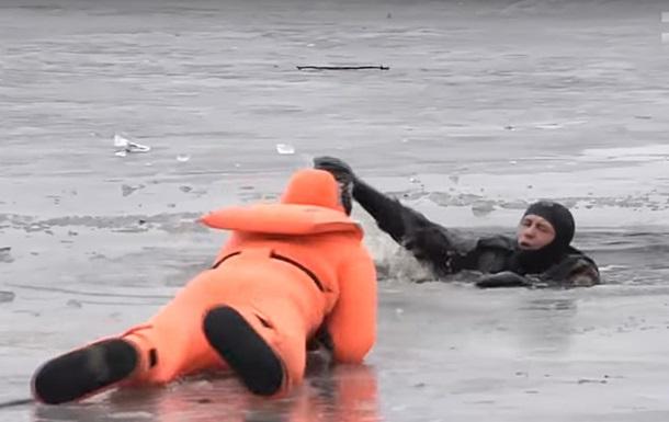 Спасатели призывают украинцев не выходить на замерзшие водоемы