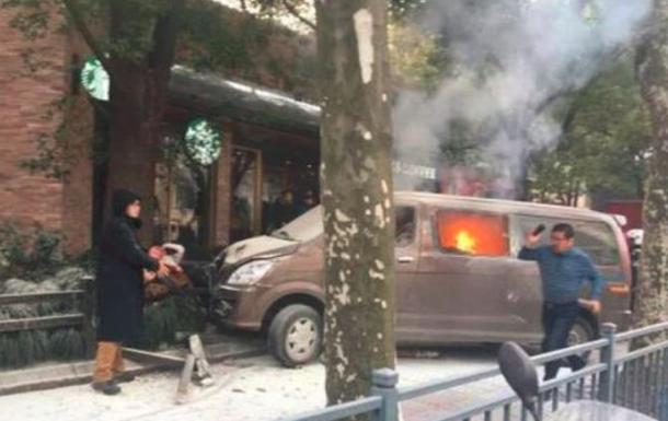Фургон въехал в толпу пешеходов в Шанхае