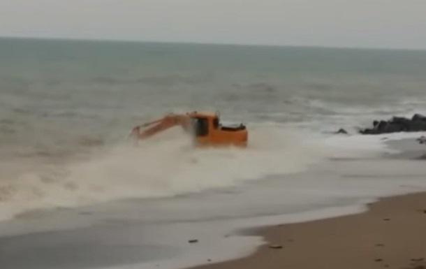 В сети обсуждают крымский экскаватор в штормящем море
