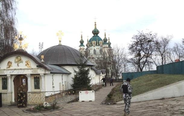 УПЦМП проводит молебен против захвата храма Рождества Богородицы Десятинного монастыря