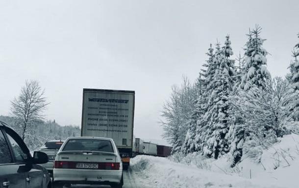 Через сніг на трасі Київ-Чоп кілометрові  пробки
