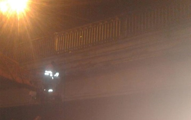 ВКиевавтодоре пояснили, почему отВоздухофлотского моста отваливаются куски пенобетона