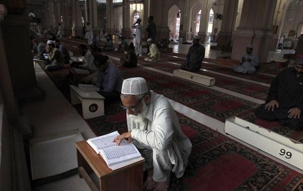 У Туреччині мусульманам заборонили їсти і пити лівою рукою
