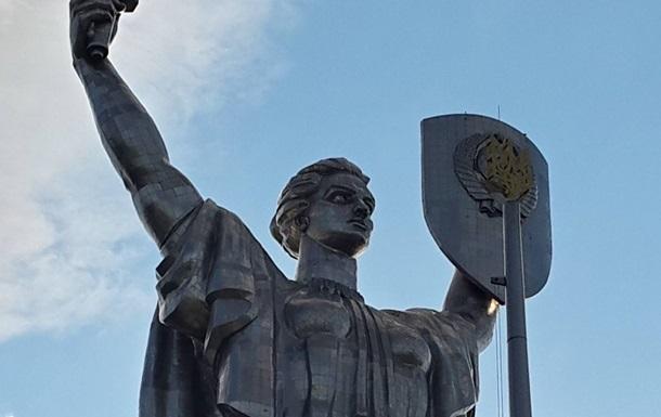 Зі щита статуї Батьківщина-мати хочуть зняти радянський герб