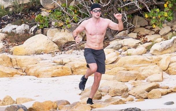 Роберт Паттінсон посвітив голим торсом на пляжі