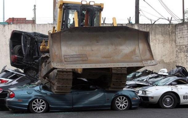 На Филиппинах бульдозер раздавил 30 элитных авто