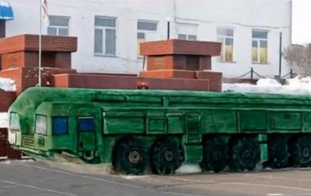 В РФ зеки сделали из снега установку Тополь-М