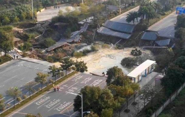 У Китаї через обвалення дороги загинули вісім осіб