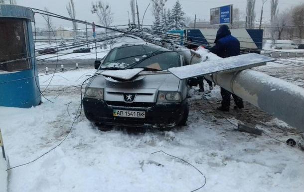 У Вінниці електроопора розчавила авто