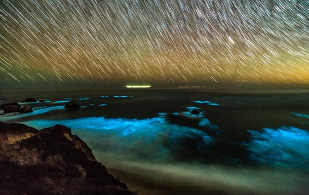 У побережья Калифорнии засверкал океан