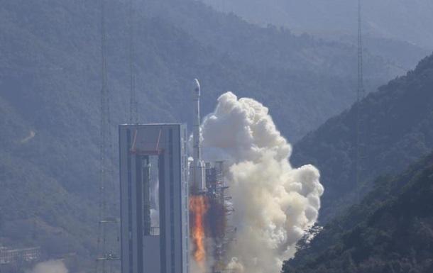 Китай вывел в космос два спутника, обломки ракеты упали на дома