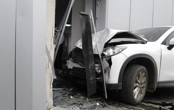 В Одесі машина врізалася в автосалон