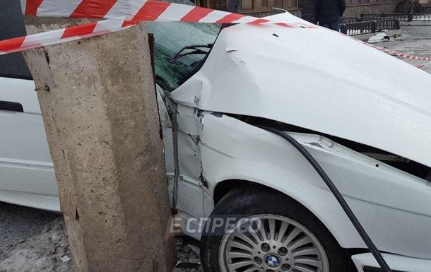 У Києві BMW врізався в стовп, збивши на смерть пішохода