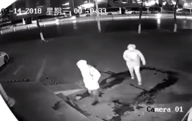 В Китае вор случайно нокаутировал коллегу кирпичом
