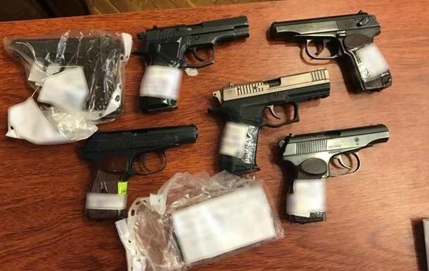 В Одесі поліцейський продав десять пістолетів