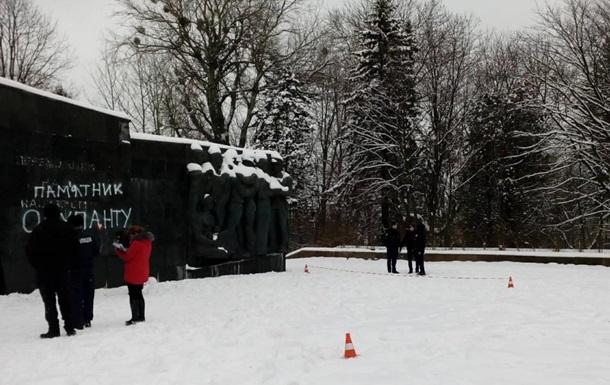 Во Львове разбили плиты на Монументе славы