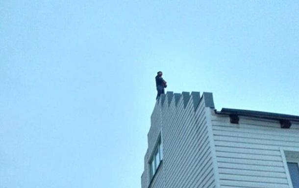 Під Києвом поліція врятувала хлопця, який хотів зістрибнути з даху будинку