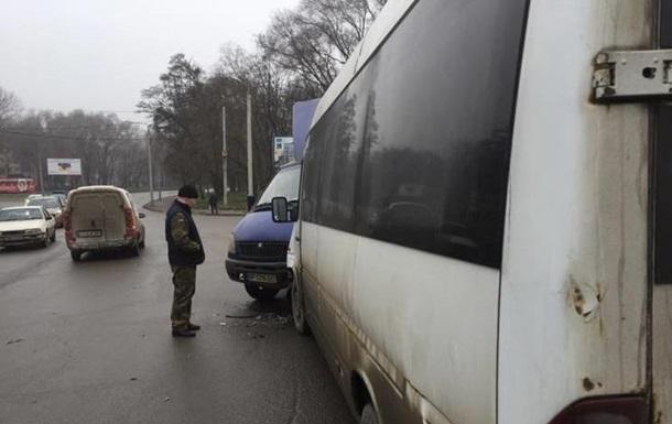 У Запоріжжі маршрутка втаранилася у вантажівку з військовими