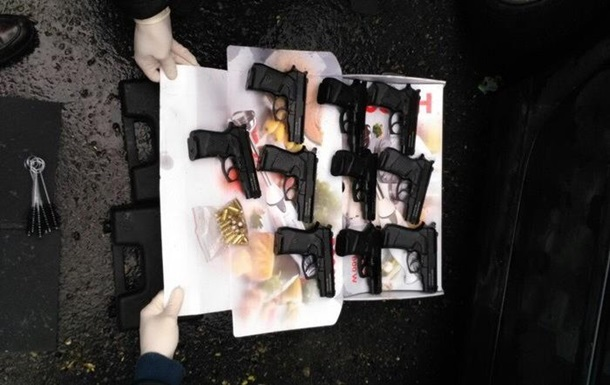 СБУ затримала чоловіка з 10 пістолетами в Одеській області