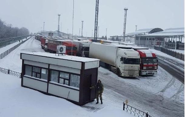 На російсько-українському кордоні застрягли 120 фур