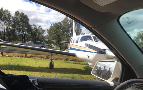 У США літак екстрено сів на трасу