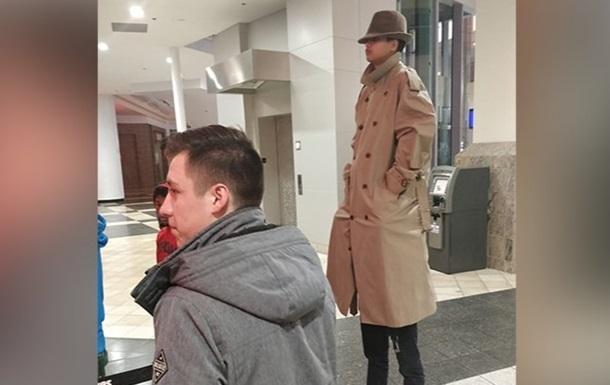 Дуже високий чоловік  не зміг потрапити на сеанс