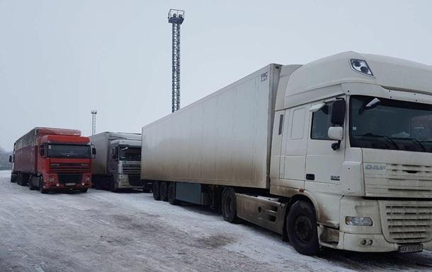 На границе с Россией начали пропускать фуры
