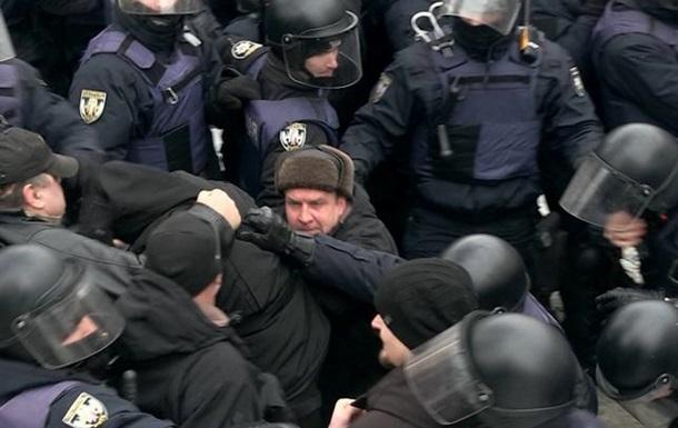 Аваков відібрав нагородний пістолет у ветерана, який стріляв під судом