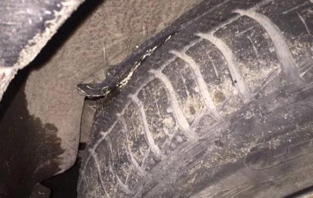 Водитель отсудил у дорожников 11 тысяч гривен за пробитое колесо