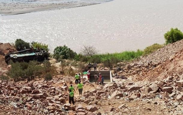 В Перу автобус сорвался с двухсотметровой высоты