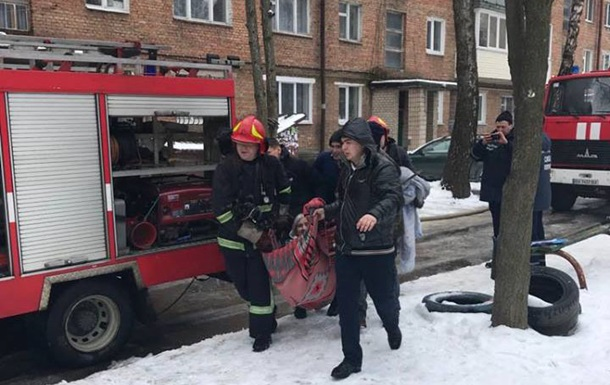 У Хмельницькому через пожежу в багатоповерхівці рятувальники розгорнули спецоперацію
