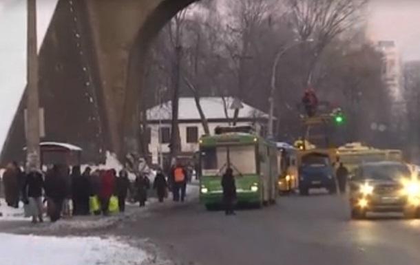У Києві потріскалися дроти тролейбусів
