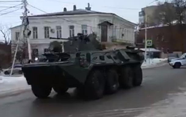 У РФ біля кордонів з Україною помітили колону військової техніки