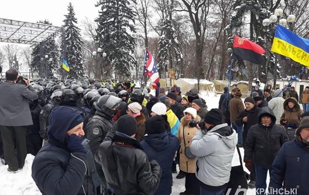 Під Радою виникли сутички активістів і поліції