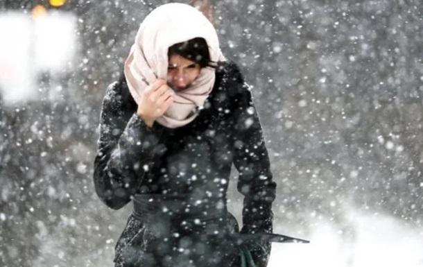 В Одессе девушка примерзла языком к остановке