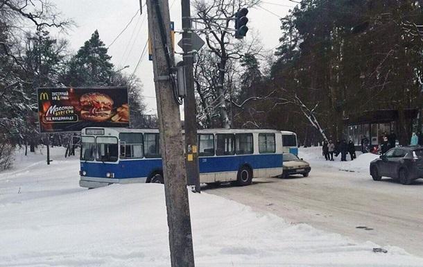 В Черкассах троллейбус вылетел с дороги