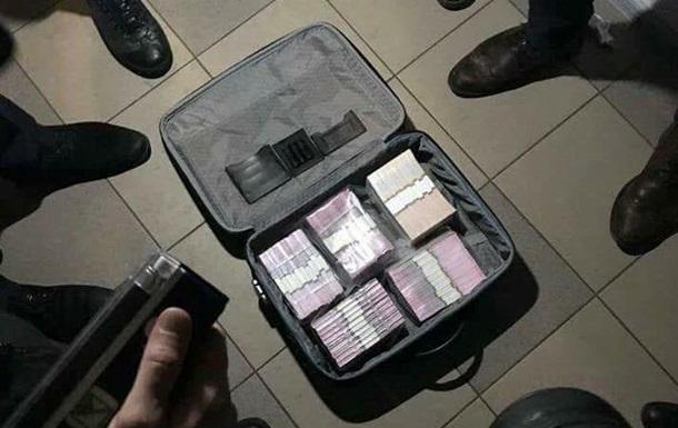Чемодан денег. Под Киевом чиновников поймали на взятке