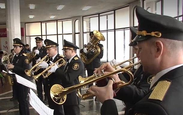 В метро Києва зіграв оркестр Нацгвардії