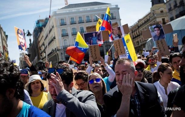 Минимальную зарплату в Венесуэле повысили до шести долларов